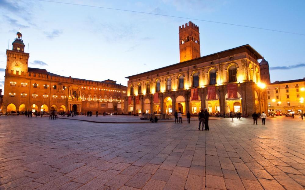 bologna_piazza_maggiore_0.jpg